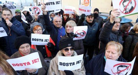 Prosvjednici pred Skupštinom, Bandić stigao okružen zaštitarima