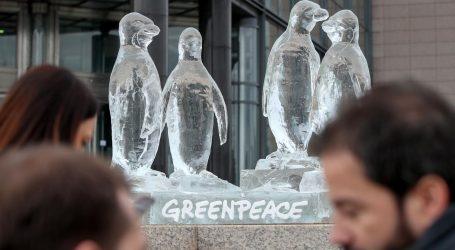 Aktivisti Greenpeacea izložili ledenu skulpturu pingvina ispred zgrade NSK