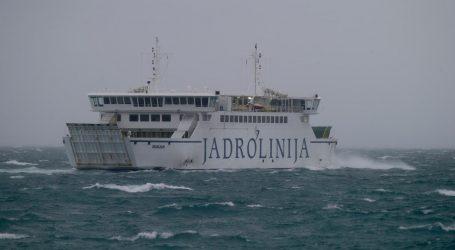 Olujni vjetar uzrokuje probleme u prometu, u prekidu brojne pomorske linije