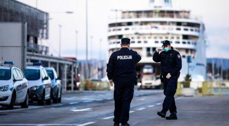 Trajekt iz Ancone uplovio u splitsku luku, putnike dočekala policija u maskama i rukavicama