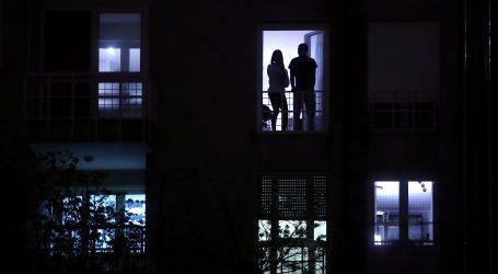 """Građani pljeskom i """"Mojom domovinom"""" s balkona i prozora odali počast svima u borbi s koronavirusom"""