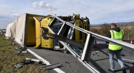 NESREĆA NA A3: Kamion se prevrnuo na autocesti, zaštitna ograda probila kabinu