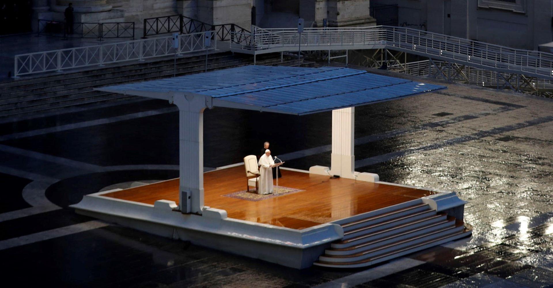"""Papa sa praznog trga uputio poruku: """"Teška tama nadvila se nad naše trgove, ulice i gradove, svi smo u istom čamcu, veslajmo zajedno"""""""
