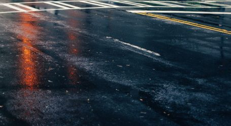 Kolnici mokri i skliski, vjetar otežava promet na Jadranskoj magistrali