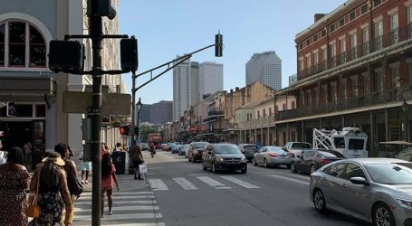 Poznata ulica Bourbon Street zjapi prazna