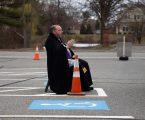 Poljski svećenik obavlja drive-in ispovjedi zbog koronavirusa