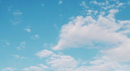 Sunčano, poslijepodne naoblaka, na Jadranu bura