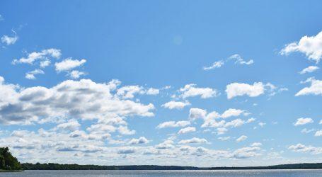 Sunčano, u središnjim i istočnim krajevima povremeno uz malo oblaka