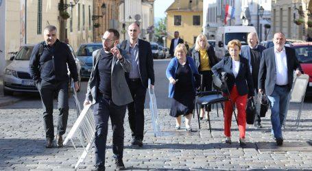 ONLINE SJEDNICA: Oporbeni zastupnici s laptopima pred Skupštinom, posjetio ih i Plenković