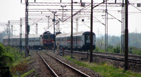 Vozač se nije zaustavio pred prugom, vlak naletio na automobil, poginuo suvozač