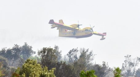 Požar na Braču zaprijetio i stambenim objektima