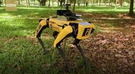 Na socijalnu distancu upozoravaju i roboti