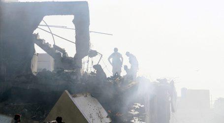 Najmanje jedna osoba preživjela pad zrakoplova u Karachiju