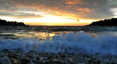 Odlična snimka svjetlećih bičaša u moru