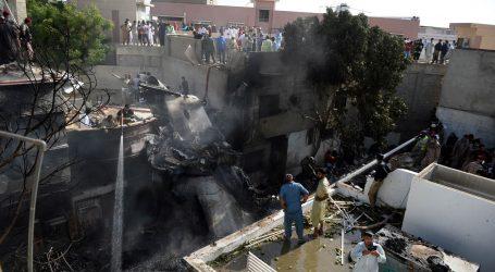 U bolnice u Karachiju stiglo 56 tijela s mjesta zrakoplovne nesreće