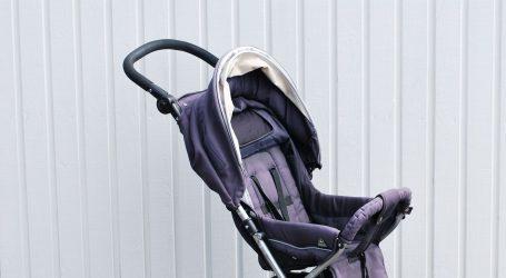 Auto prikliještio dječja kolica i dijete u njima, beba teško ozlijeđena