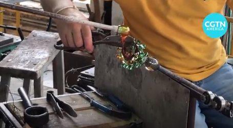 Umjetnički predmeti od stakla kao podsjetnik na koronavirus