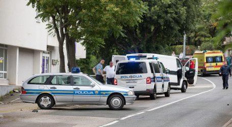 FOTO: RIJEKA: Vozač motociklom udario u ogradu i na mjestu poginuo, motocikl se raspao od udarca