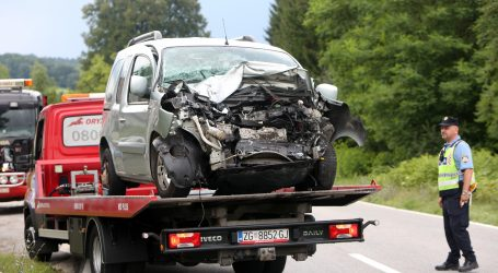 Teška prometna nesreća kod Slunja, osam osoba ozlijeđeno