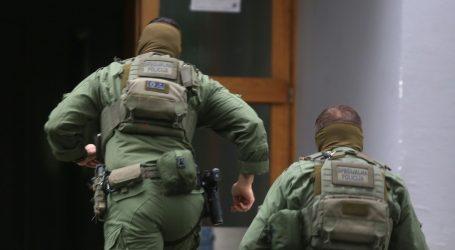Specijalna policija na terenu, muškarac se zaključao u stan i maše nožem