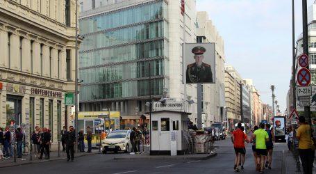 Checkpoint Charlie prije 30 godina razmontiran, ali i dalje atraktivan
