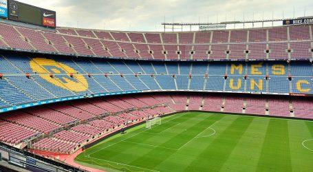 Španjolska: Navijač uletio na teren kako bi se slikao s igračima Barcelone