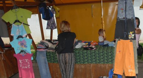 Šarena tajlandska tržnica s odjećom