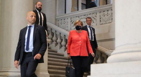 Tko čeka dočeka:  Merkel konačno snimljena s maskom