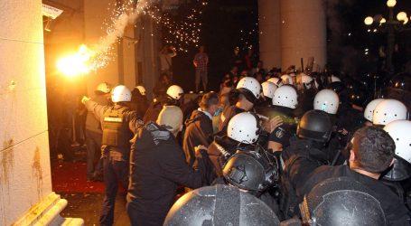 NASILJE U BEOGRADU: 43 ozlijeđena policajca, 23 uhićena, policija napadala i novinare