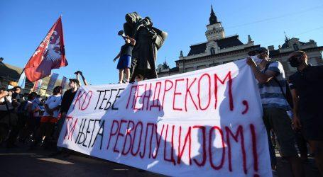 U prosvjedu u Novom Sadu oštećena Gradska kuća, simbol tog grada