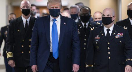 Trump prvi put nosio masku u javnosti