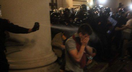 KAOS NA ULICAMA BEOGRADA: Policija suzavcem, konjima i psima potisnula prosvjednike iz središta Beograda
