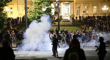 VIDEO: Prosvjedi se razbuktali, prosvjednici bacaju kamenje i baklje na policiju