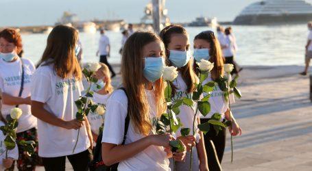 U Splitu mimohod za žrtve Srebrenice, 25 ruža bačeno u more
