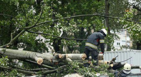 U Zagrebu 34 vatrogasne intervencije, kod Dugog Sela ozlijeđen vozač