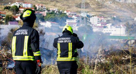 Veliki požar u reciklažnom dvorištu u Splitu, vatrogasci na terenu