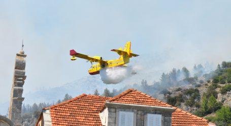 Požar kod Muća u jednom trenutku zaprijetio i kućama