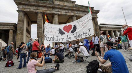 Ekstremni desničari, antivakseri i teoretičari zavjere prosvjedovali u Berlinu, ozlijeđeno 45 policajaca