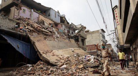 Najmanje 90 ljudi zarobljeno pod ruševinama zgrade u Indiji