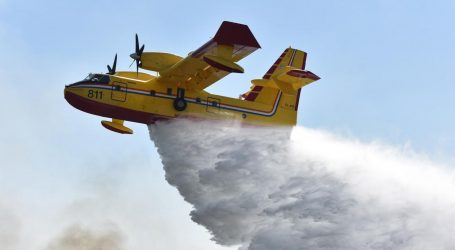 Četiri protupožarna aviona sudjeluju u gašenju požara kod Vodica