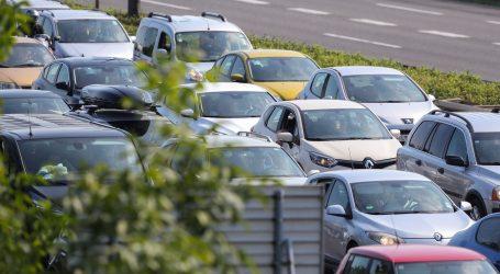HAK: Jak vjetar otežava promet, na nekim se cestama vozi u koloni