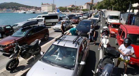 U splitskim lukama sto tisuća putnika