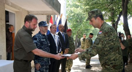 Ministar Banožić u Kninu uručio ključeve stanova trojici pripadnika HV-a