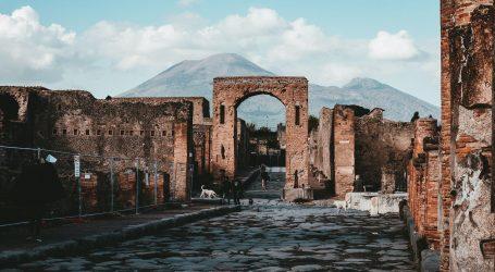 Zbog selfieja na Pompejima turistkinji prijeti kazna od 3000 eura