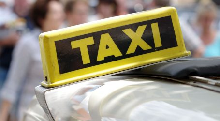 Mladi Nijemac u Novalji skakao po taksijima i trgao retrovizore