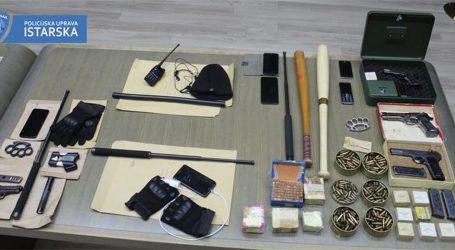 U PULI UHIĆENO ŠEST OSOBA: Policija kod skupine nasilnika pronašla veliku količinu oružja, sumnjiči ih se za dva premlaćivanja