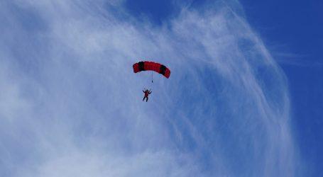 Švicarski avanturist skočio padobranom iz aviona na solarni pogon