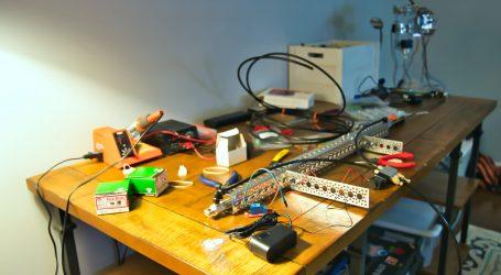 Simpatični minijaturni robot-buba se kreće bez baterija