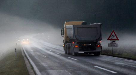 HAK: Kolnici mjestimice mokri i skliski, magla smanjuje vidljivost