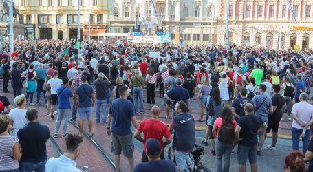 Na 'antikorona' prosvjedu bačena baklja, vozilo Hitne pomoći gađali bocom